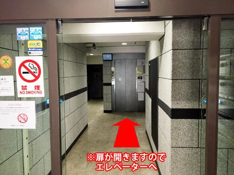 エレベーターへ